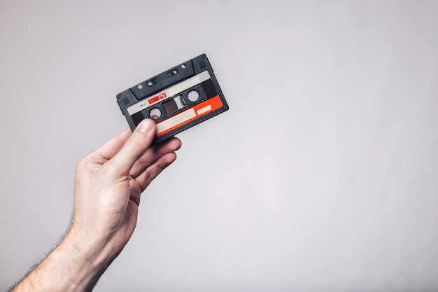 Рука кассеты. используется кассета. аудио кассета.