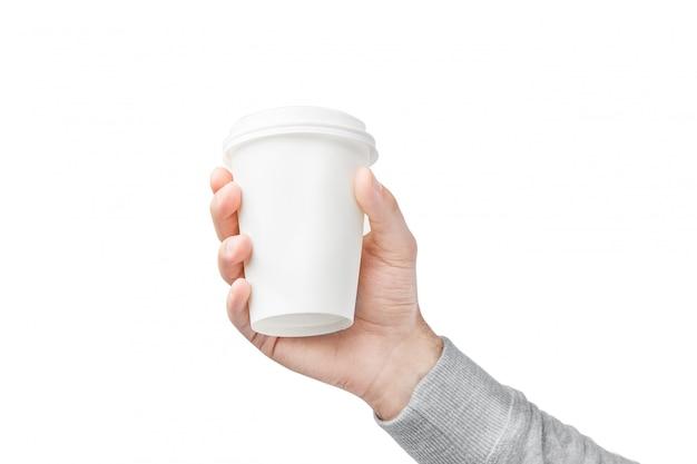 手にコーヒーの紙コップ。白で隔離の手でコーヒーのホワイトペーパーカップ