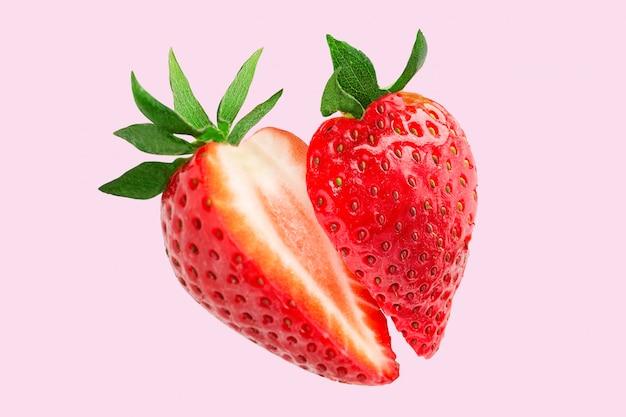 イチゴ。イチゴを細かく切ります。空を飛んでいるイチゴのスライス。