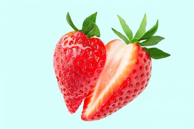 イチゴ。空を飛んでいるイチゴのスライス。新鮮なイチゴ