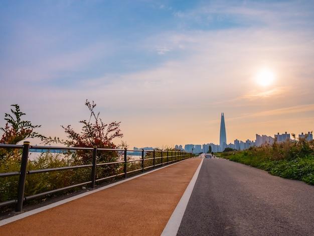 ソウルの朝、川とタワーの後ろの公園