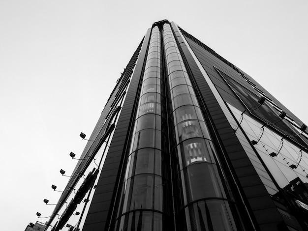 前にエレベーターがある高層ビルの低角度のビュー