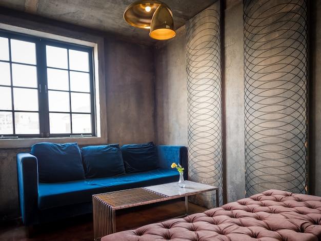 Современный интерьер с синим диваном и стенами с отделкой