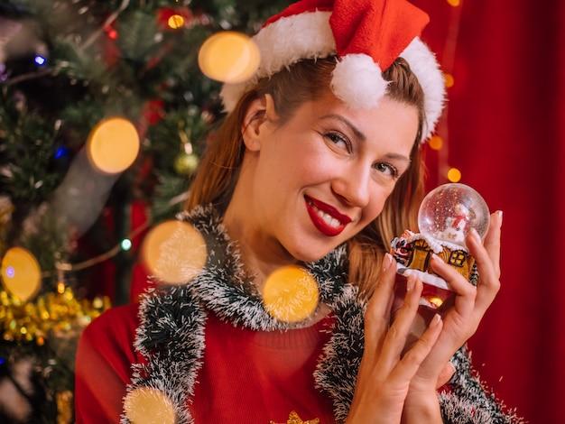 Красивая женщина с рождественской игрушкой. каникулы