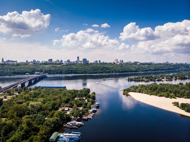 ウクライナの首都の空撮。市内の美しい川。自然、ビーチ、橋