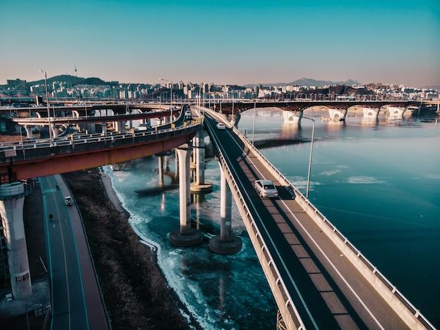 ソウルの橋の道。冬の空撮