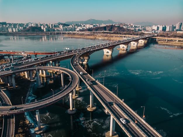 Вид с воздуха на зимний мост в сеуле