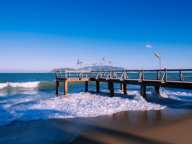 海の近くの夕日の美しい桟橋