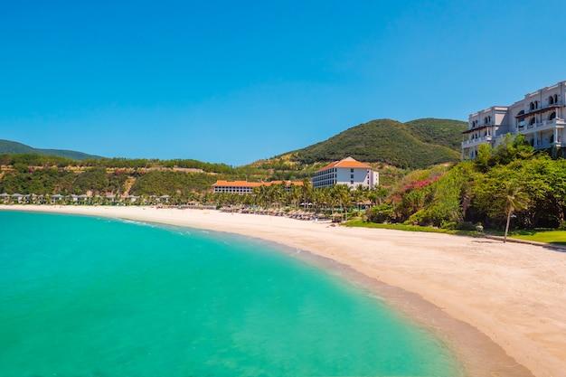 Роскошный курорт в летние каникулы. пляж у океана