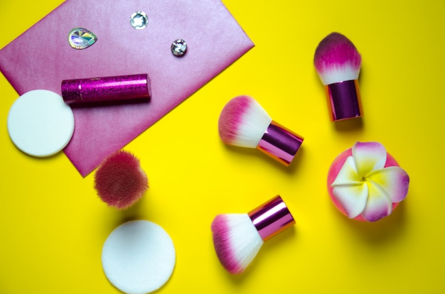 Красота розовых аксессуаров на желтом фоне