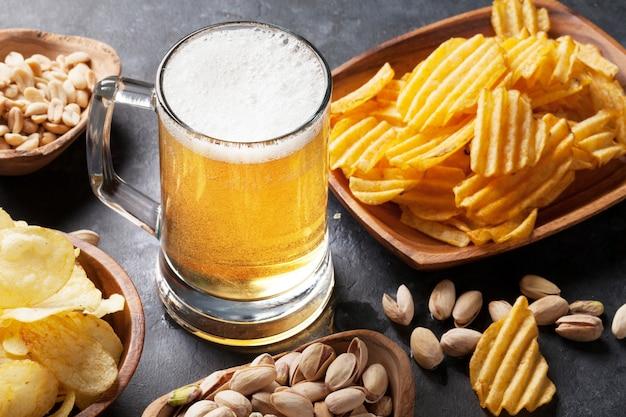 Лагерное пиво и закуски на каменном столе