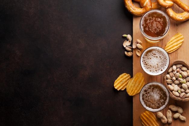 ラガービールと石のテーブルの上の軽食