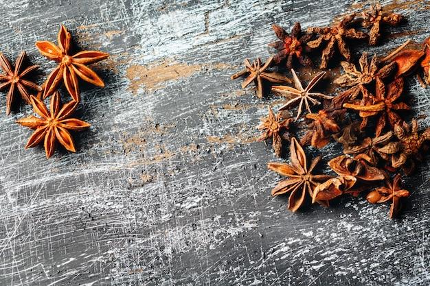 Пищевой фон с кучей звездчатого аниса