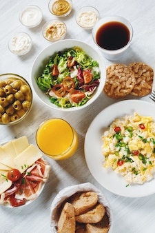 コンチネンタルブレックファースト。健康的なさまざまな食品。