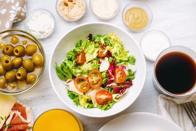 別の食べ物。サラダのクローズアップとプレート。