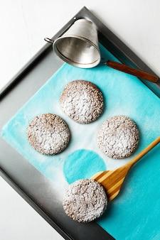 Свежевыпеченное шоколадное печенье в сахарной пудре
