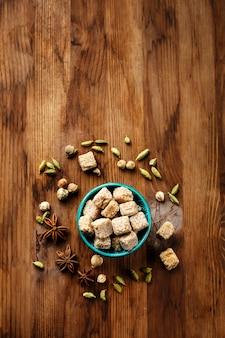 Коричневый сахар и специи кардамон и анис