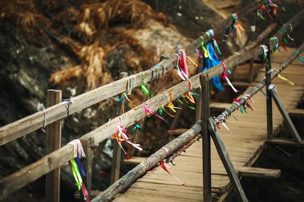秋の山川の上の木製の橋