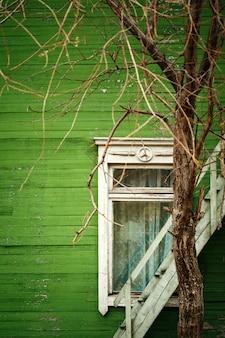 緑の壁と古い木造住宅
