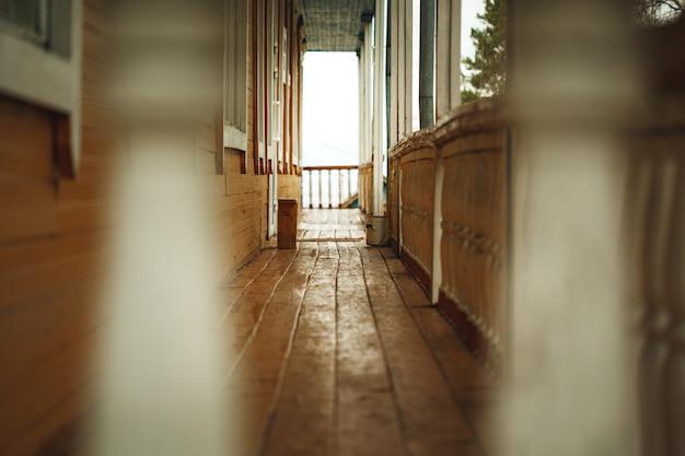 廃屋の前に古い木製テラス