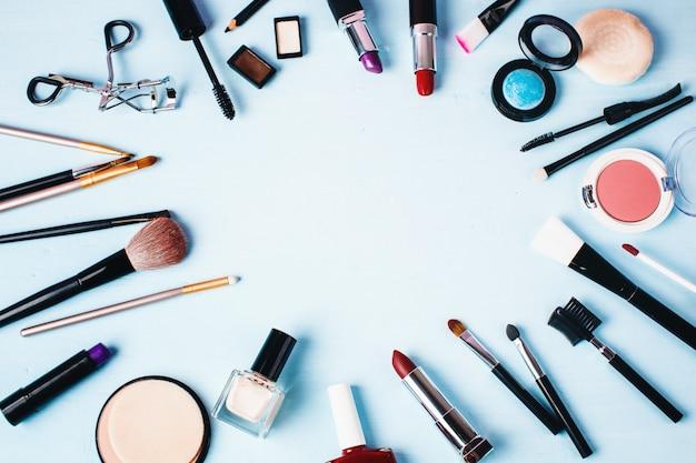 さまざまなメイクアップ製品と美容製品。