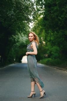 道路に立っている若い女性