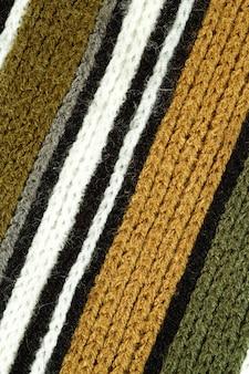 Шерстяной полосатый шарф на белом