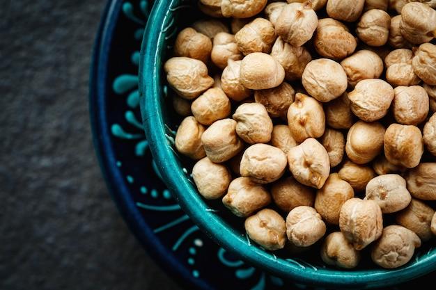 ダークで青い本物のボウルにひよこ豆