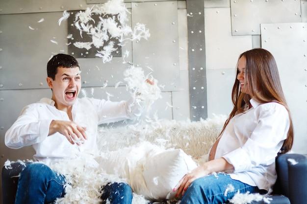 Беременная пара, веселиться и смеяться