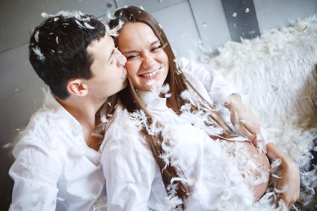 Беременная пара с удовольствием, бой подушками