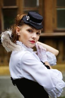 レトロなビクトリア朝様式に身を包んだ美しい女性
