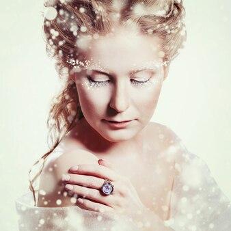 Красивая девушка с гламурным рождественским макияжем
