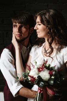 インテリアでポーズをとる結婚式のカップル