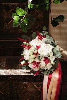 素朴なスタイルで作られた結婚式の花の花束