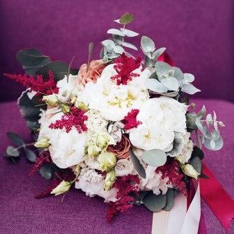 紫の結婚式の素朴な花
