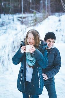 Влюбленные веселятся на свежем воздухе зимой