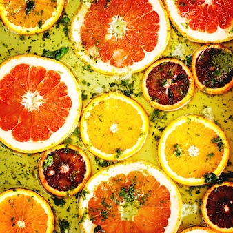 Спелые красные апельсины и грейпфруты, нарезанные кольцами