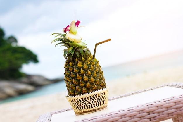 Экзотический коктейль, пина колада в ананасе