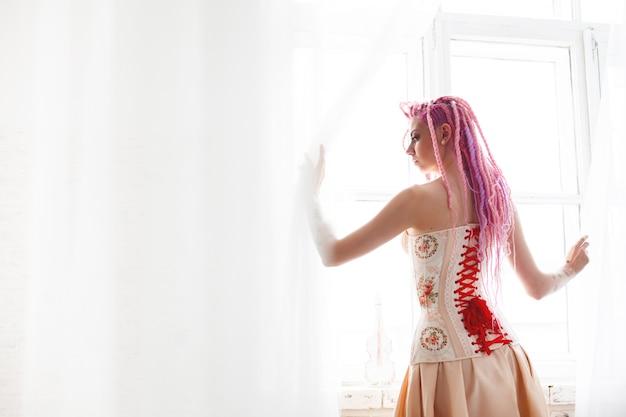 コルセットを着ている気紛れな若い女性モデル