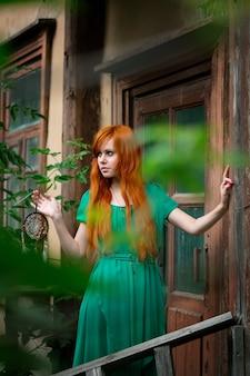Молодая красивая рыжая женщина позирует