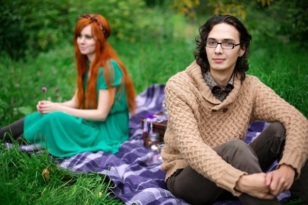 屋外の自然で休む若いカップル