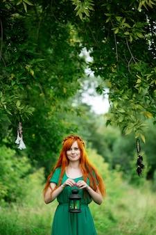 ランタンを保持している赤髪の女性