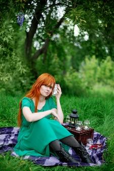 赤髪の女性の創造的な肖像画