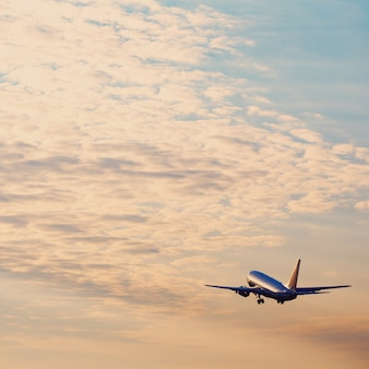 夕焼け空で離陸する飛行機