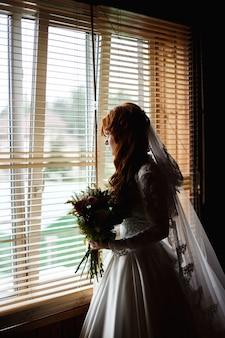 花の花束と美しい花嫁