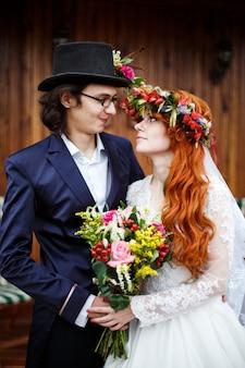 Крупный план счастливых молодых свадебных пар