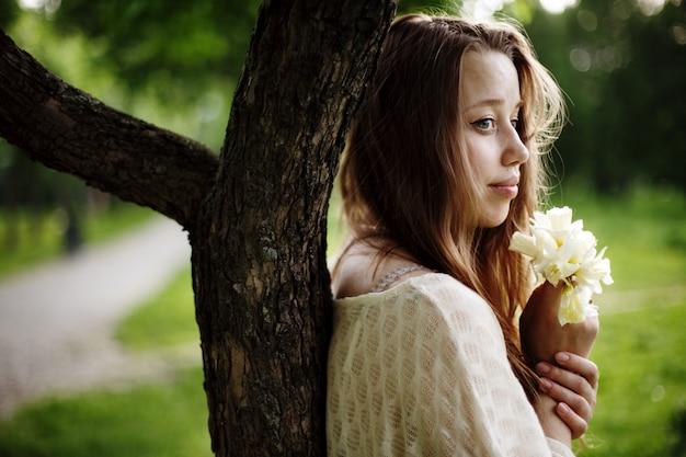 一人で立っている若いロマンチックな女性