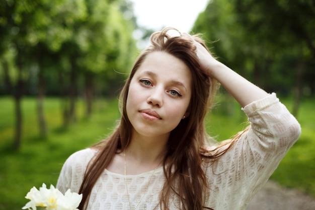 若いロマンチックな女性のクローズアップの肖像画