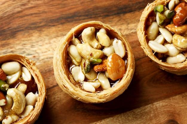 Крупный план сладкого гнезда десерт с орехами