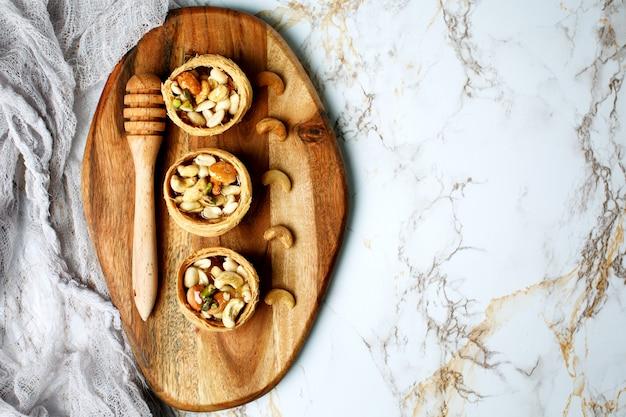 Мед и орехи, полезный сладкий десерт